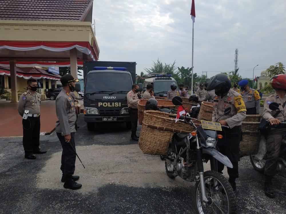 Bagi Sembako, Hendsanitizer dan Masker Gratis, Polres Bengkalis Bantu Masyarakat Terdampak Covid-19