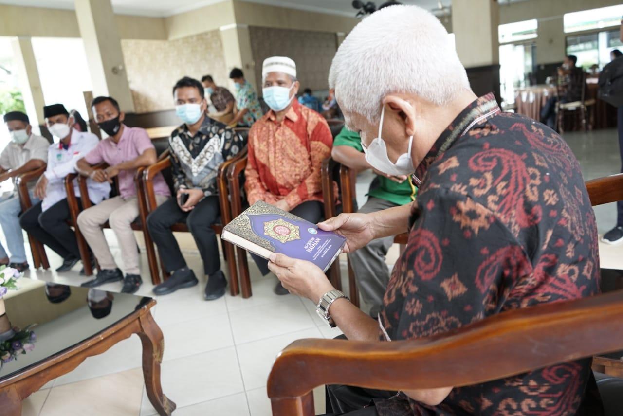 Pemuda PUI Sumut Serahkan 500 Alquran kepada Bupati Asahan