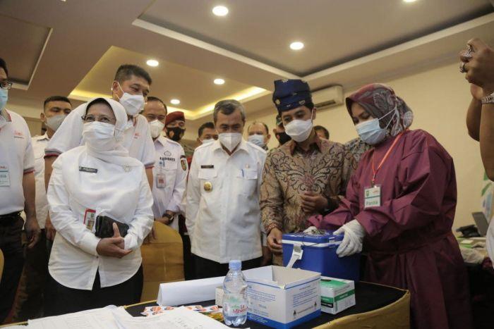 Syamsuar Dampingi Wamenkes Tinjau Donor Darah dan Vaksinasi Massal